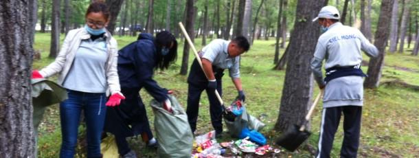 Ciel Mongol et son équipe collecte les déchets dans le parc de Terelj