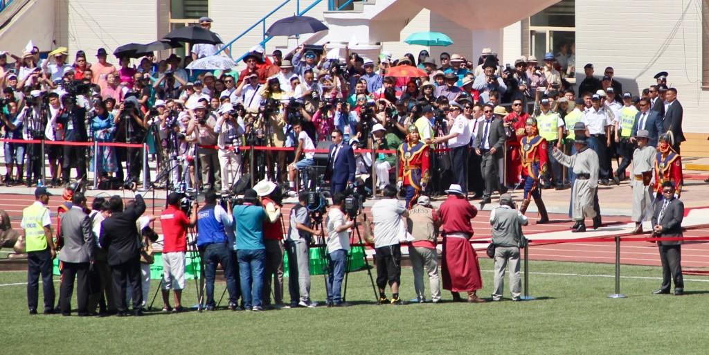 Le président s'avance dans le Stade National lors du Naadam 2017