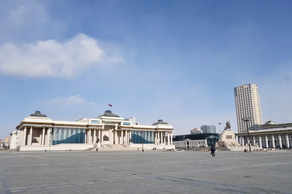La grande place Sukhbaatar au centre d'Oulan Bator